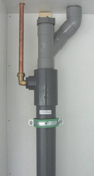 Cement Wand Badkamer ~   Aansluiting opgewarmd water (links) en afvoer van douchebak (rechts